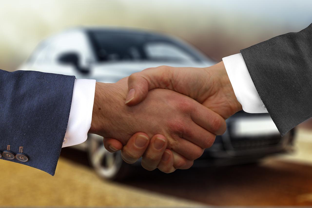 en bilhandlare säljer en bil